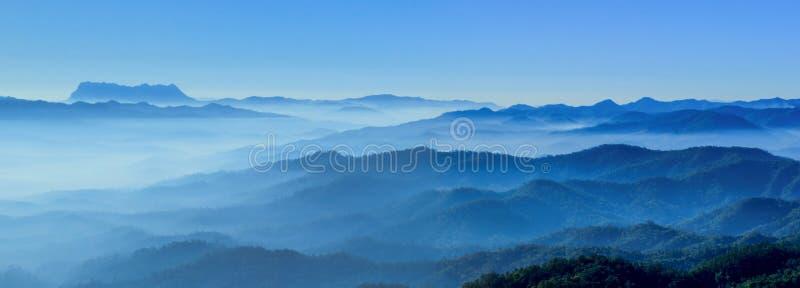 Mgliści ranków horyzontów błękita brzmienia zdjęcia royalty free