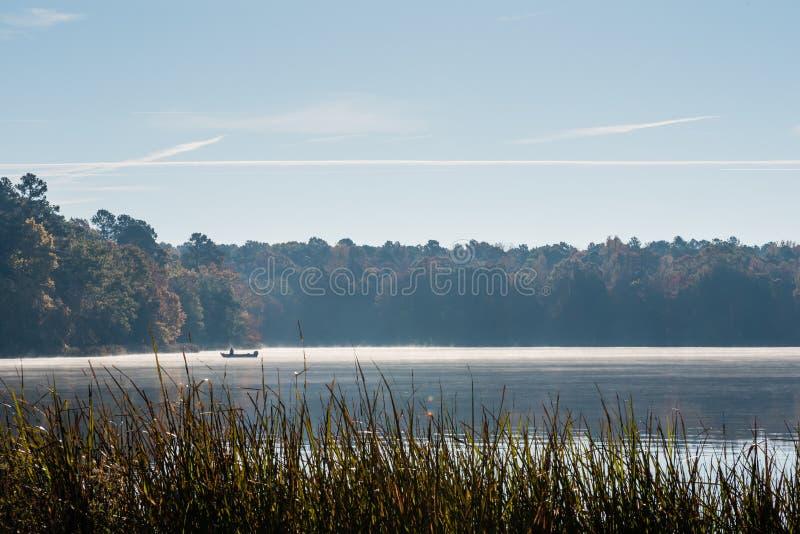Mglista jesień ranku połowu wycieczka zdjęcia stock