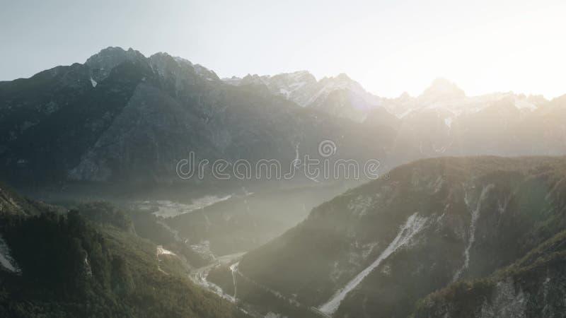 Mglista rzeczna dolina w Alps w zimie, widok z lotu ptaka fotografia royalty free
