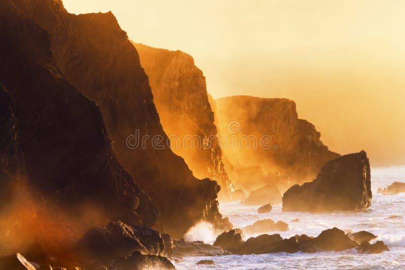 Mgliste falezy w baskijskim kraju wybrzeżu obrazy stock