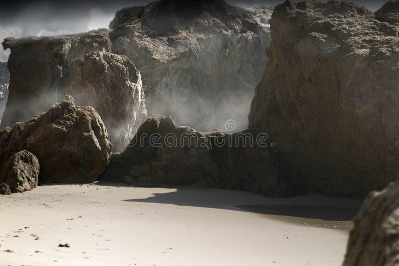 mgliste skały obrazy royalty free