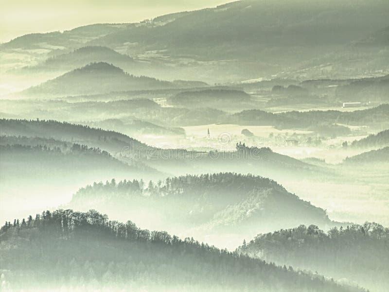 Mgliste wzgórze granie Błękitni zieleni wzgórza z miękkimi konturami, las, fotografia royalty free