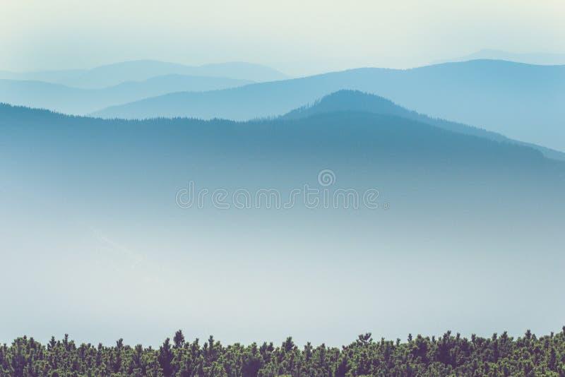 Mglistej góry wzgórzy krajobraz Widok warstwy góry i mgiełka w dolinach obraz stock