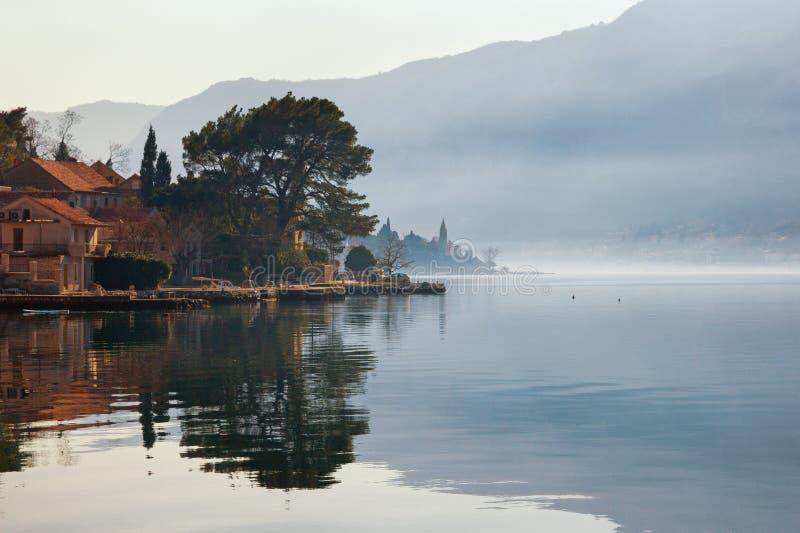 Mglisty Śródziemnomorski krajobraz Montenegro, widok zatoka Kotor i Dobrota miasteczko obrazy royalty free