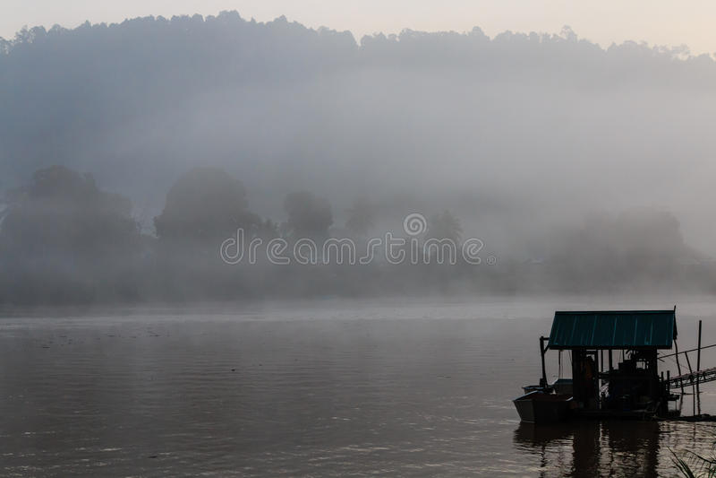 Mglisty świt nad rzeką w tropikalnym tropikalnym lesie deszczowym fotografia stock