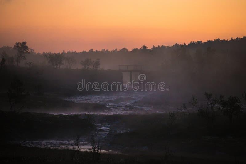 Mglisty i mgłowy krajobraz norweska biała noc Nordgruvefel zdjęcie stock