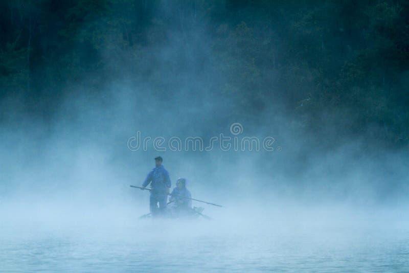 Mglisty jezioro w ranku wcześnie zdjęcia royalty free