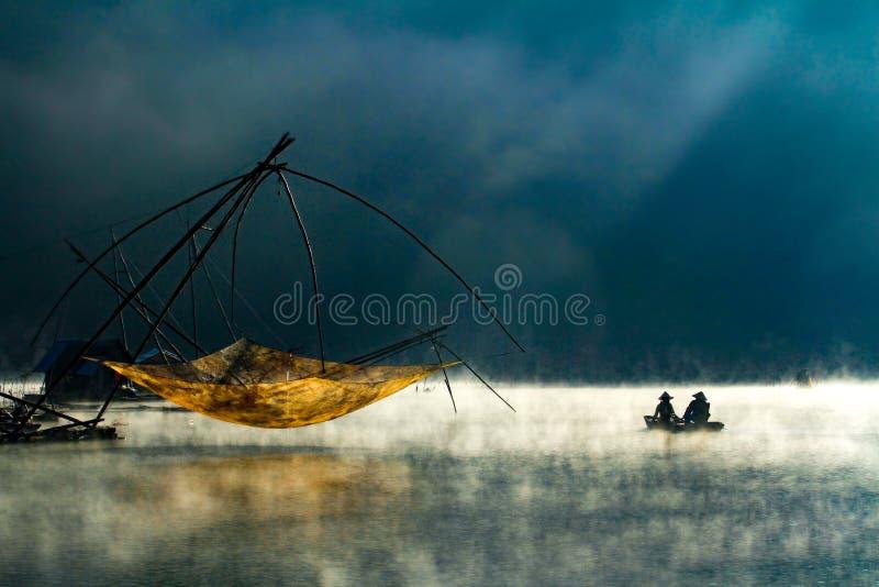Mglisty jezioro w ranku wcześnie zdjęcie stock