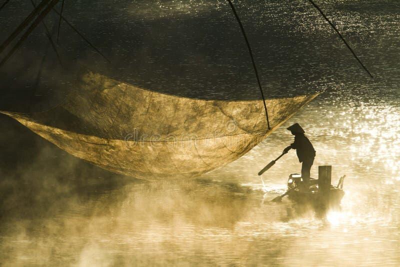 Mglisty jezioro w ranku wcześnie obraz stock