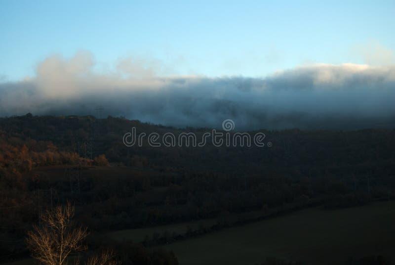 Mglisty krajobraz przy wschodem słońca słoneczny dzień Jezioro fotografia royalty free