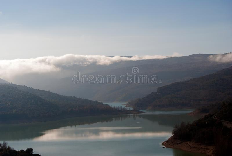 Mglisty krajobraz przy wschodem słońca słoneczny dzień Jezioro zdjęcia stock
