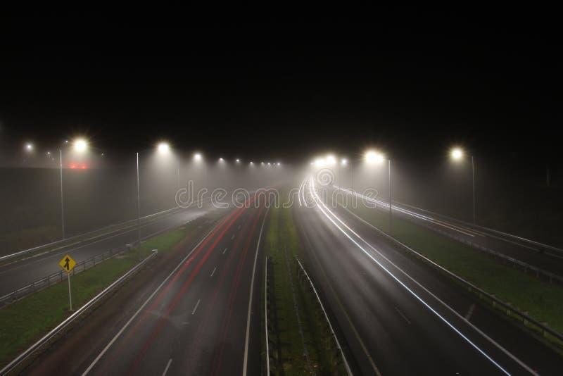 Mglisty noc ruch drogowy obraz stock