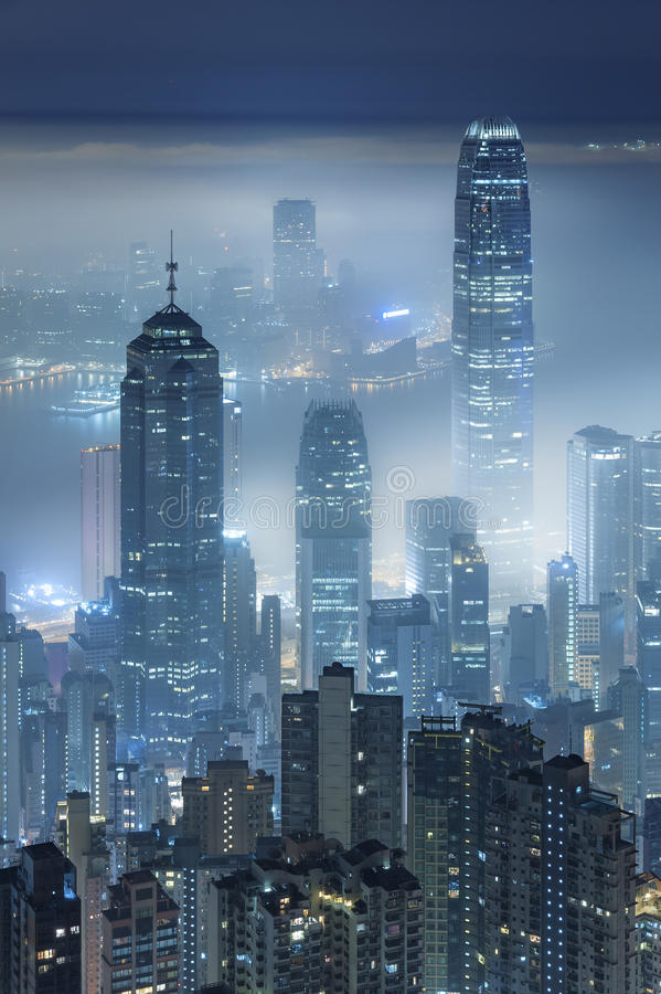 Mglisty nocy miasto zdjęcia stock