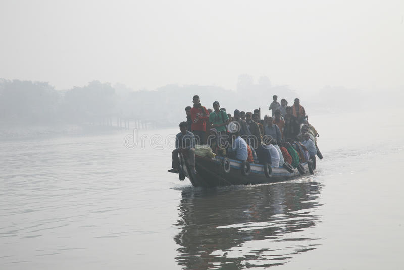 Mglisty ranek na holiest rzeki w India Ganges delta w Sundarbans, India zdjęcia stock