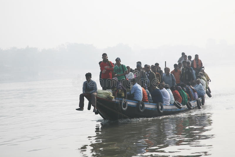 Mglisty ranek na holiest rzeki w India Ganges delta w Sundarbans, India obrazy stock