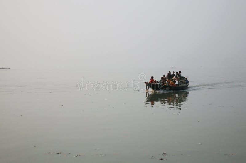 Mglisty ranek na holiest rzeki w India Ganges delta w Sundarbans, India fotografia stock