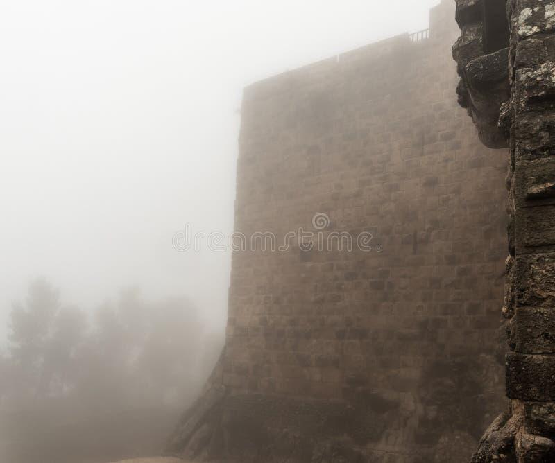 Mglisty ranek w Ajloun kasztelu, także znać jako Qalat ar, jest 12 th wieka muzułmanina kasztelem lokalizującym w północno-zachod obraz stock