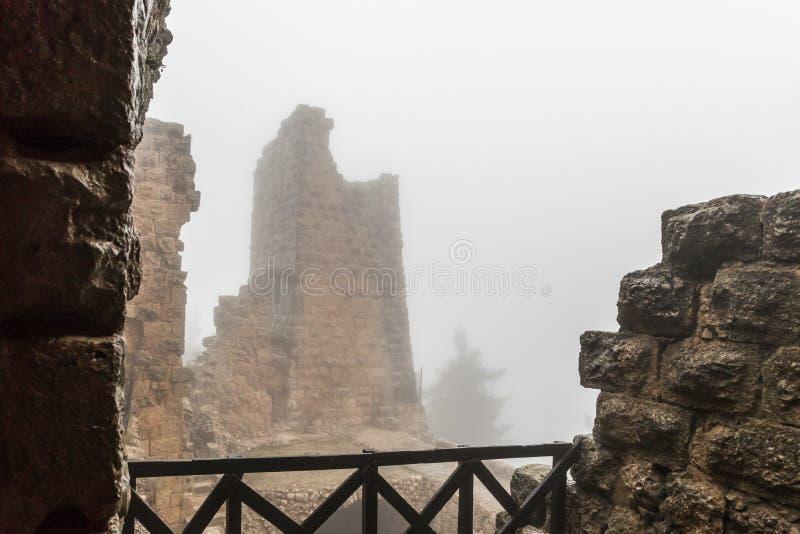 Mglisty ranek w Ajloun kasztelu, także znać jako Qalat ar, jest 12 th wieka muzułmanina kasztelem lokalizującym w północno-zachod fotografia royalty free