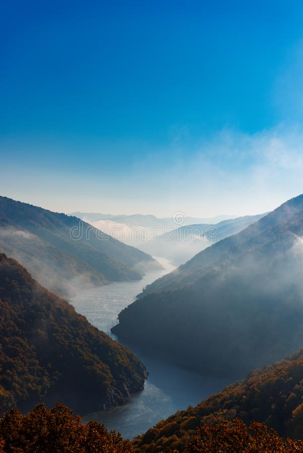 Mglisty rzeka krajobraz obraz stock