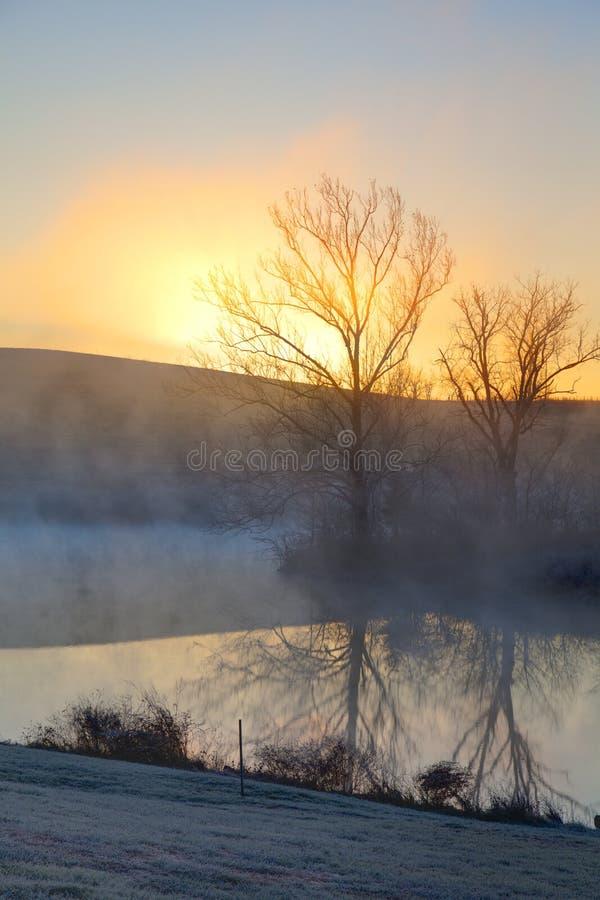 Mglisty wschód słońca obrazy stock