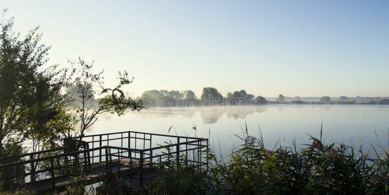 Mglisty wschód słońca nad jeziornym lato rankiem zdjęcia royalty free