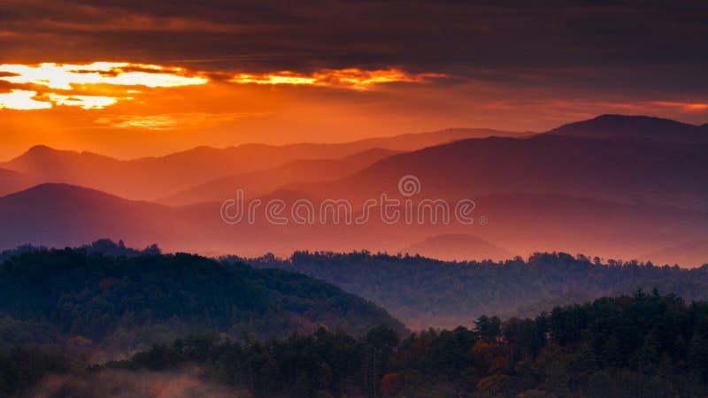 Mglisty wschód słońca w Smokies obrazy royalty free