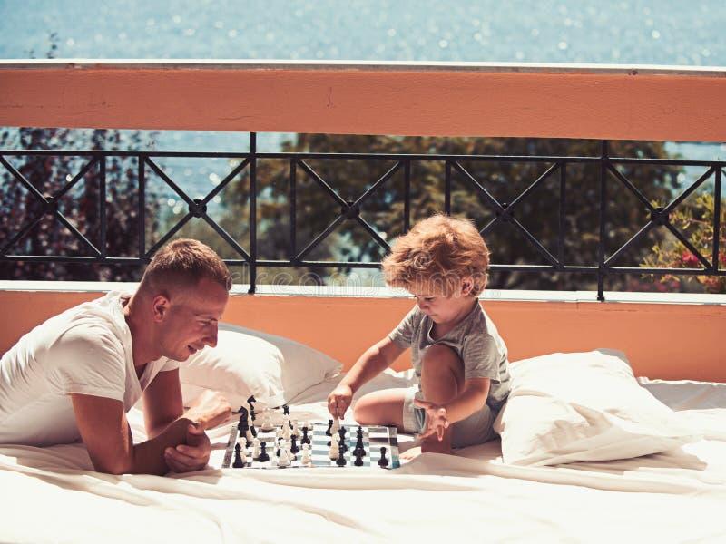 Miłość i zaufanie jako wartości rodzinne Rodzinna podróż z dzieciakiem na ojca dniu Wakacje szczęśliwa rodzina Dzieci bawią się zdjęcie royalty free