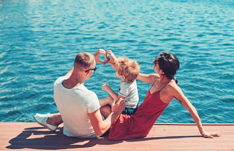 Miłość i zaufanie jako wartości rodzinne miłość szczęśliwy rodzinny kształta serce ręki przy morzem obrazy royalty free