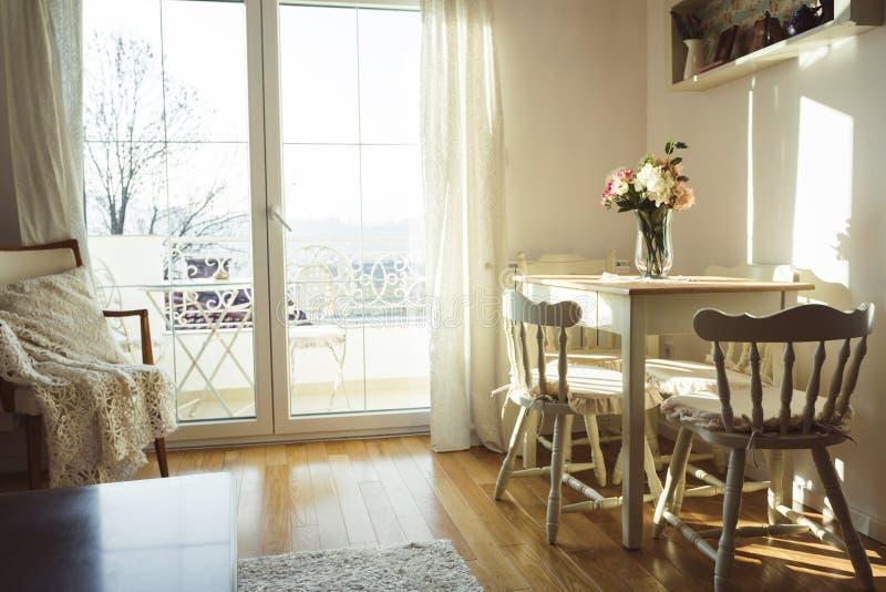 Miło dekorujący utrzymanie lunchu pokój Łomotać stół i niektóre krzesła zdjęcia royalty free