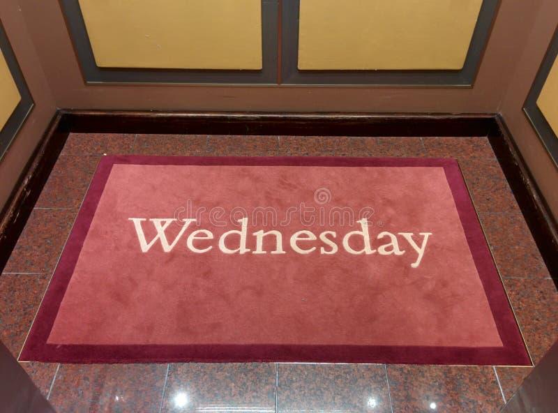Miércoles escrito en una alfombra imagen de archivo libre de regalías