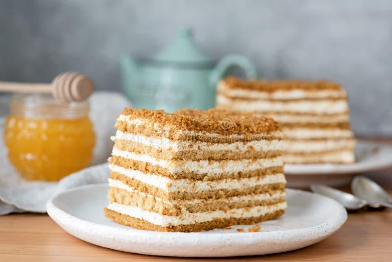 Miód ablegrujący tort tortowy Medovik na bielu talerzu lub rosjanin obrazy royalty free