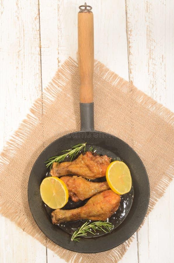 Miód glazurował kurczaków drumsticks z plasterków rozmarynami i cytryną zdjęcie royalty free