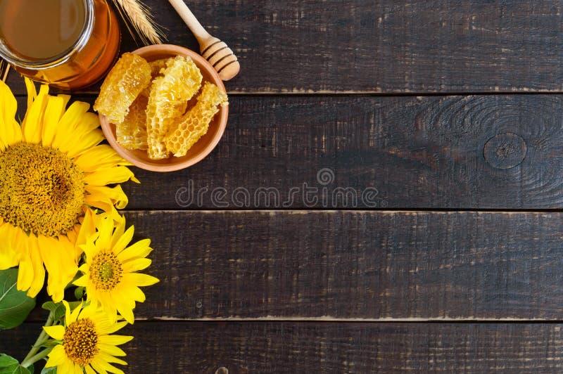 Miód w szklanym słoju, honeycombs Produkty beekeeping na drewnianym stole zdjęcie royalty free