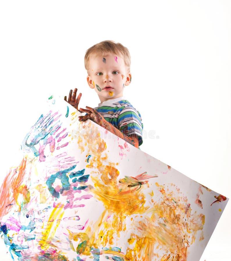 Miúdo artístico pequeno que prende um retrato imagem de stock
