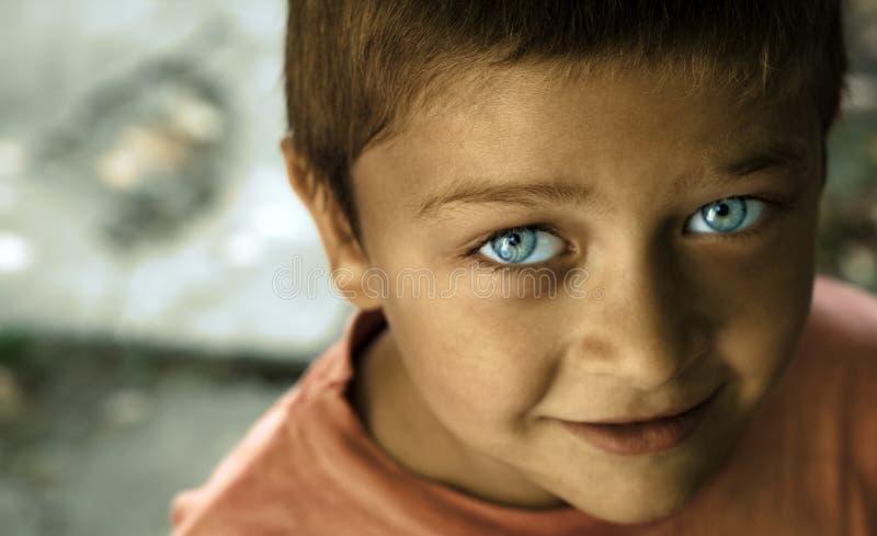 Miúdo bonito com olhos azuis imagens de stock