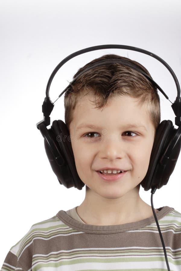 Miúdo com auriculares fotos de stock