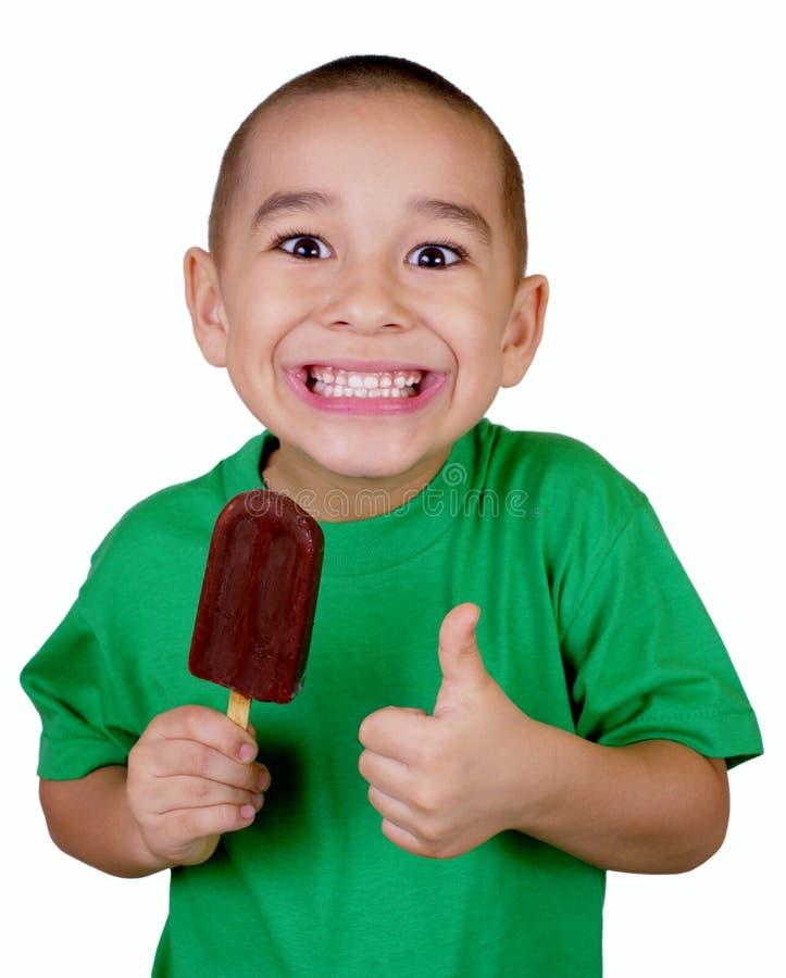 Miúdo com a barra de gelado foto de stock
