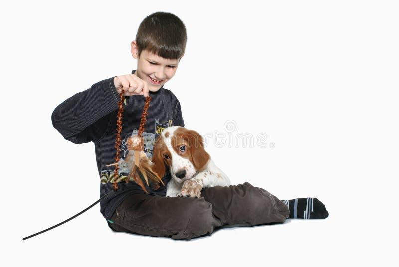 Miúdo com filhote de cachorro fotografia de stock royalty free