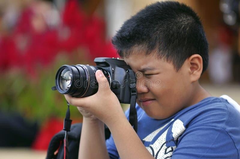 Miúdo com uma câmera imagens de stock royalty free