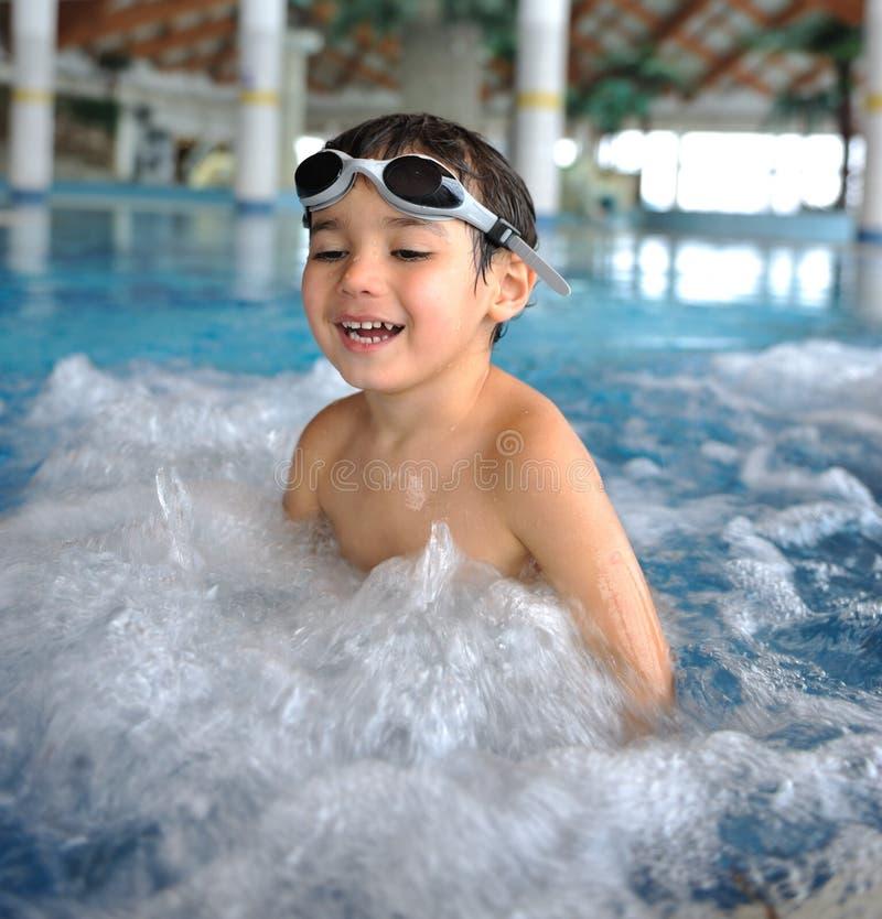 Miúdo da natação imagens de stock