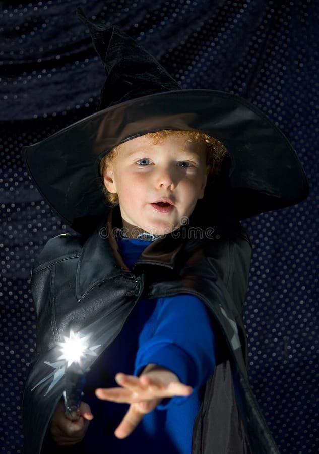 Miúdo do feiticeiro de Halloween fotografia de stock royalty free