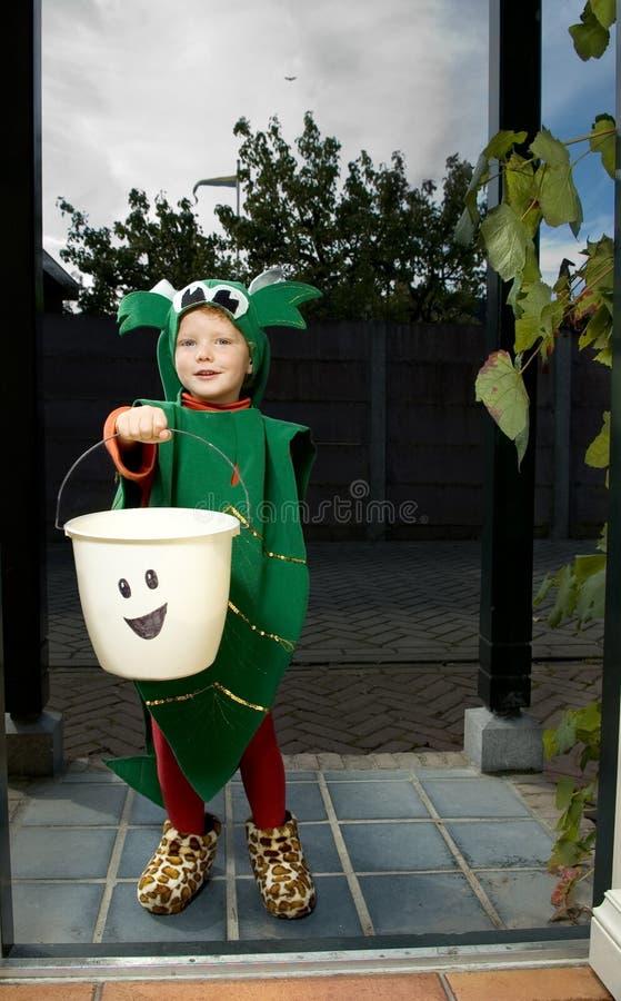 Miúdo do truque ou do deleite de Halloween imagem de stock royalty free
