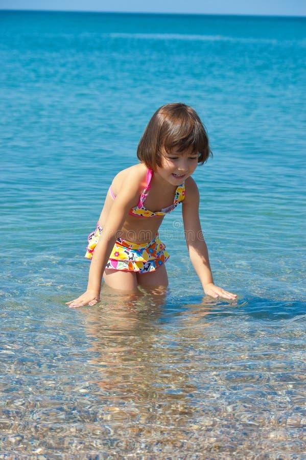 Miúdo em férias da praia do verão da família imagens de stock royalty free