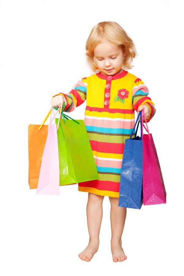 Miúdo feliz brilhante com sacos de compras imagens de stock
