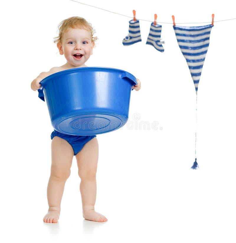 Miúdo feliz que lava seus acessórios imagem de stock