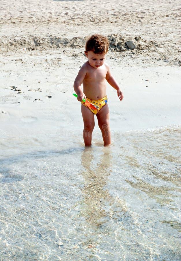 Miúdo na praia fotos de stock royalty free