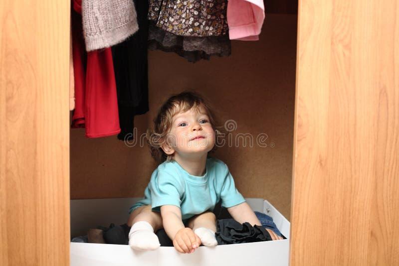 Miúdo no wardrobe imagem de stock royalty free