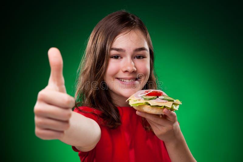 Miúdo que come sanduíches saudáveis foto de stock royalty free