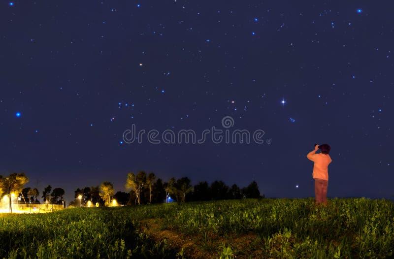 Miúdo que olha as estrelas fotografia de stock royalty free