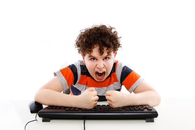 Miúdo que usa o computador isolado no fundo branco imagens de stock royalty free
